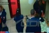 Video revela empleados de Aduana distribuyéndose dinero incautado
