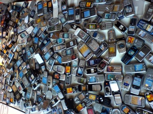 Incautan 3 mil celulares y 28 máquinas de desbloqueo en 4 tiendas del DN