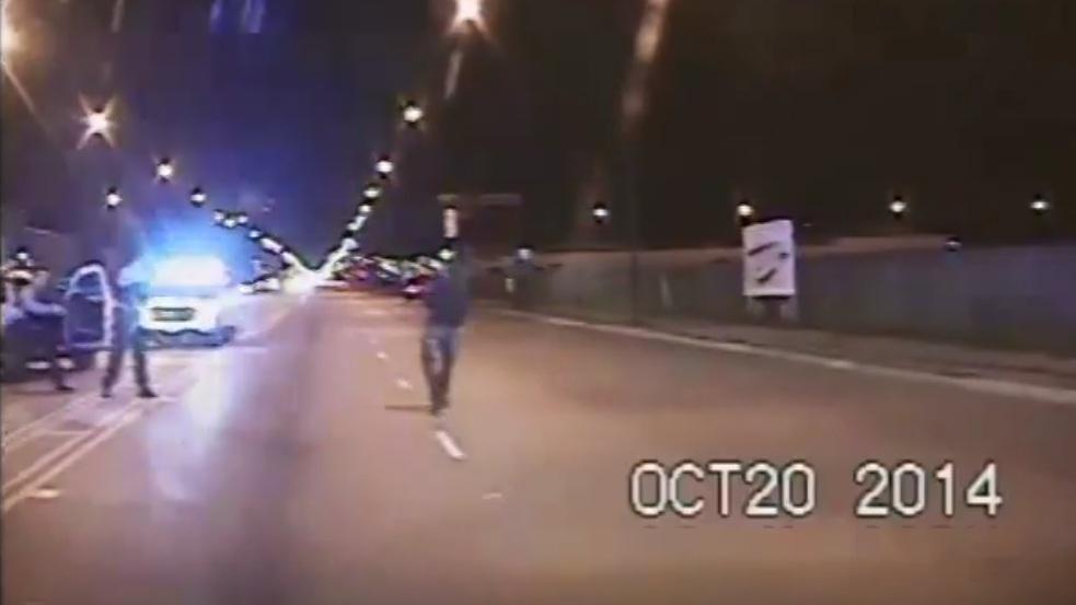 VIDEO –  Procesaron a policía blanco por la muerte de un joven de la raza negra