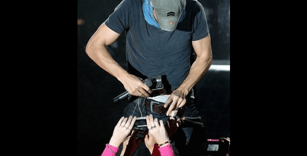 """Enrique Iglesias se toma Selfie en la """"bobolita"""""""