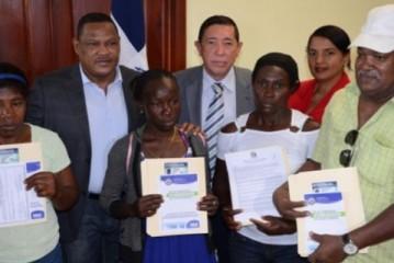 Interior y Policía entrega carnets en El Seibo a extranjeros que se acogieron al plan