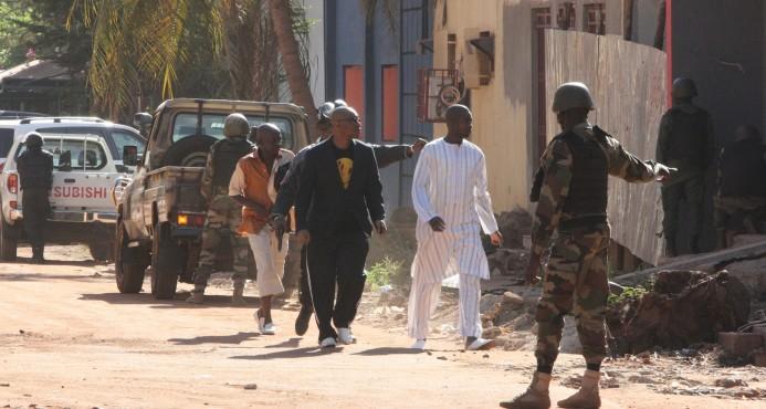 MALI: Tres muertos en masiva toma de rehenes en un asalto a un hotel