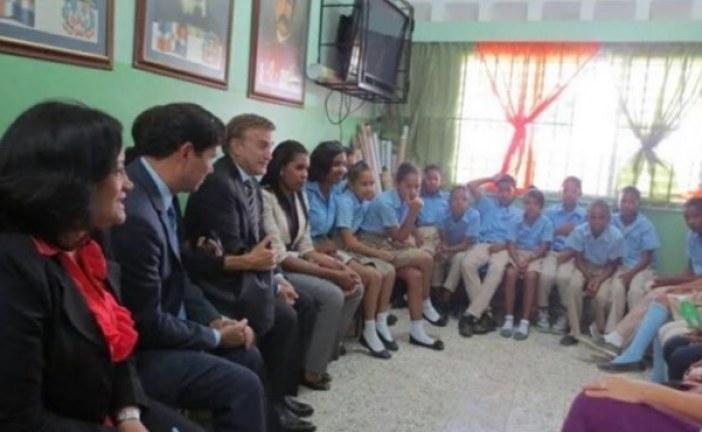 """Se convierte en tema dominante visita Embajador gay y su """"esposo"""" a escuela"""